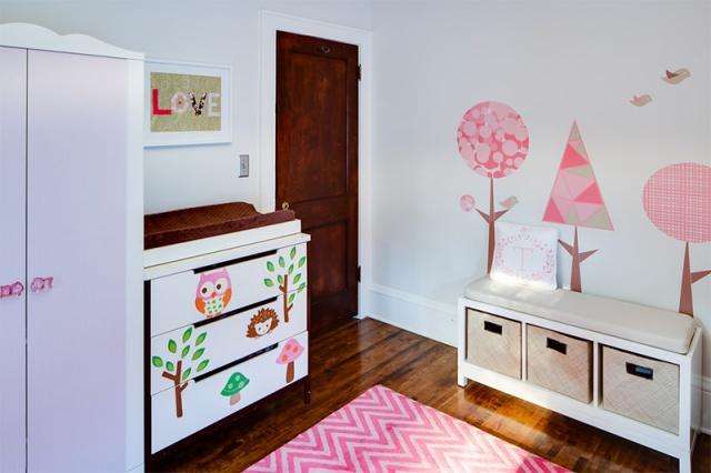 Não é só na parede que se colocam adesivos! Os móveis do quarto também podem ser decorados, como essa cômoda da foto (Fonte: Mark Teskey Architectural Photography http://markteskeyarchitecture.com/)