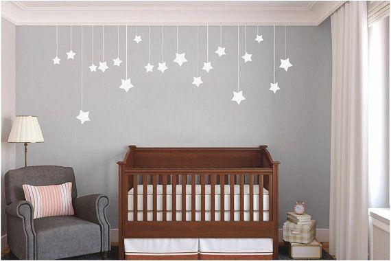 Estrelinhas penduradas transformam o quarto em um ambiente mais acolhedor (Fonte: Pinterest)