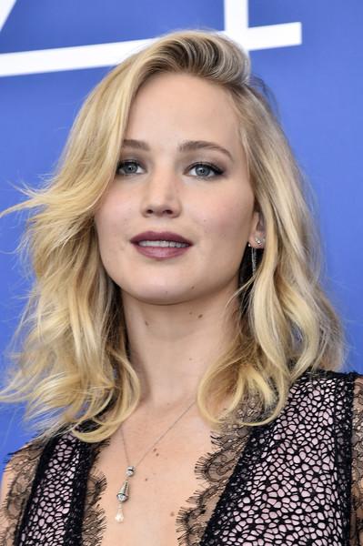 A atriz Jennifer Lawrence usou a peça recentemente no Festival de Veneza