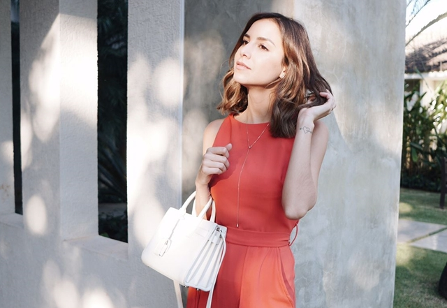 A blogueira Luisa Accorsi usou o colar em Y em um look despojado