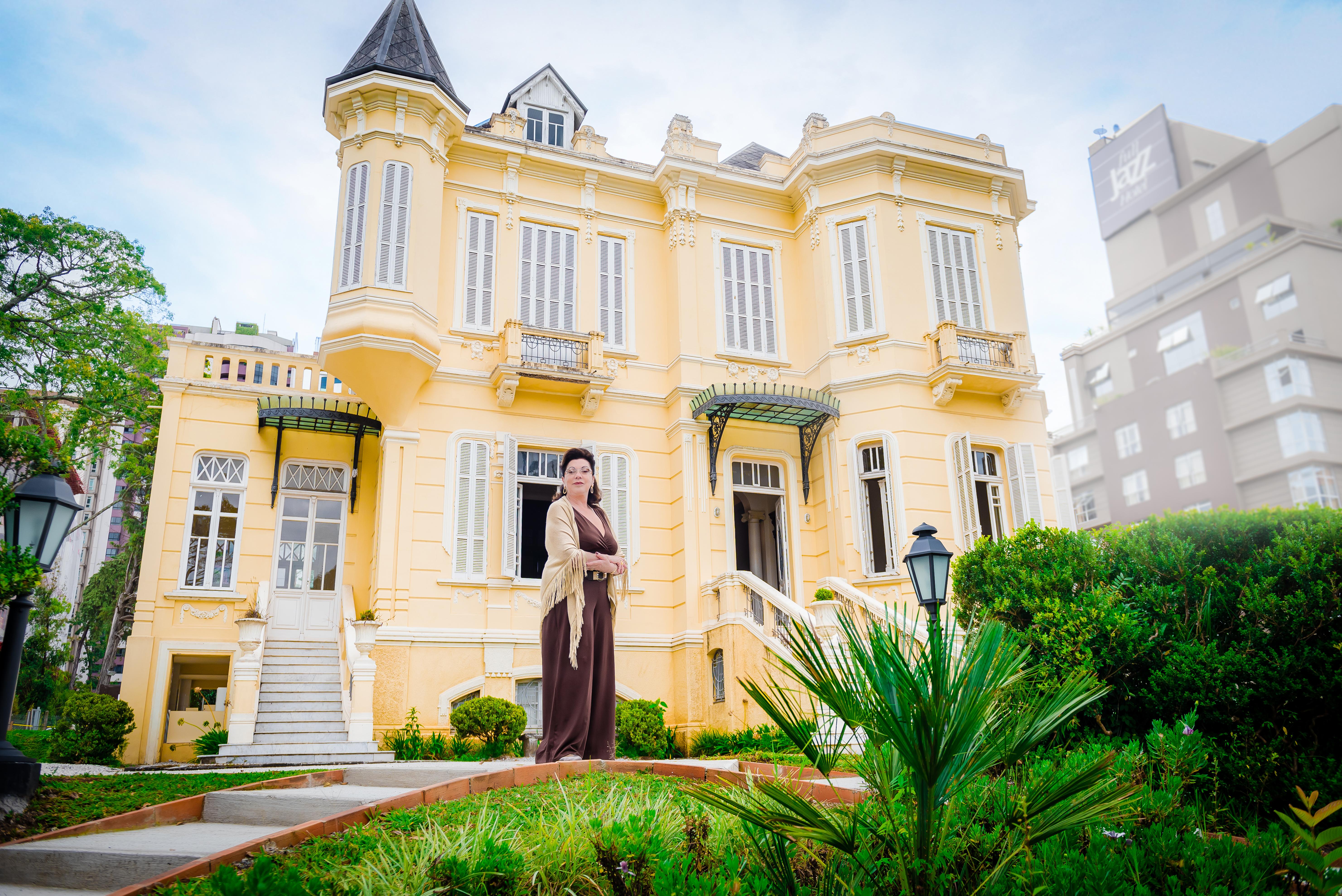 Vera Lupion em frente ao Palacete do Batel, o mais novo espaço de eventos Foto: Priscilla Fiedler